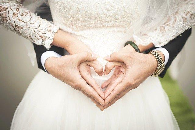 知らないと損!会社への結婚報告のタイミングや順番とは?